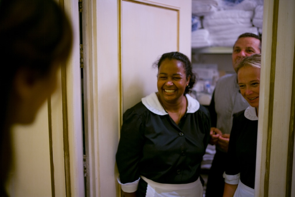 Le housekeeping ammirano entusiaste l'abito della sposa