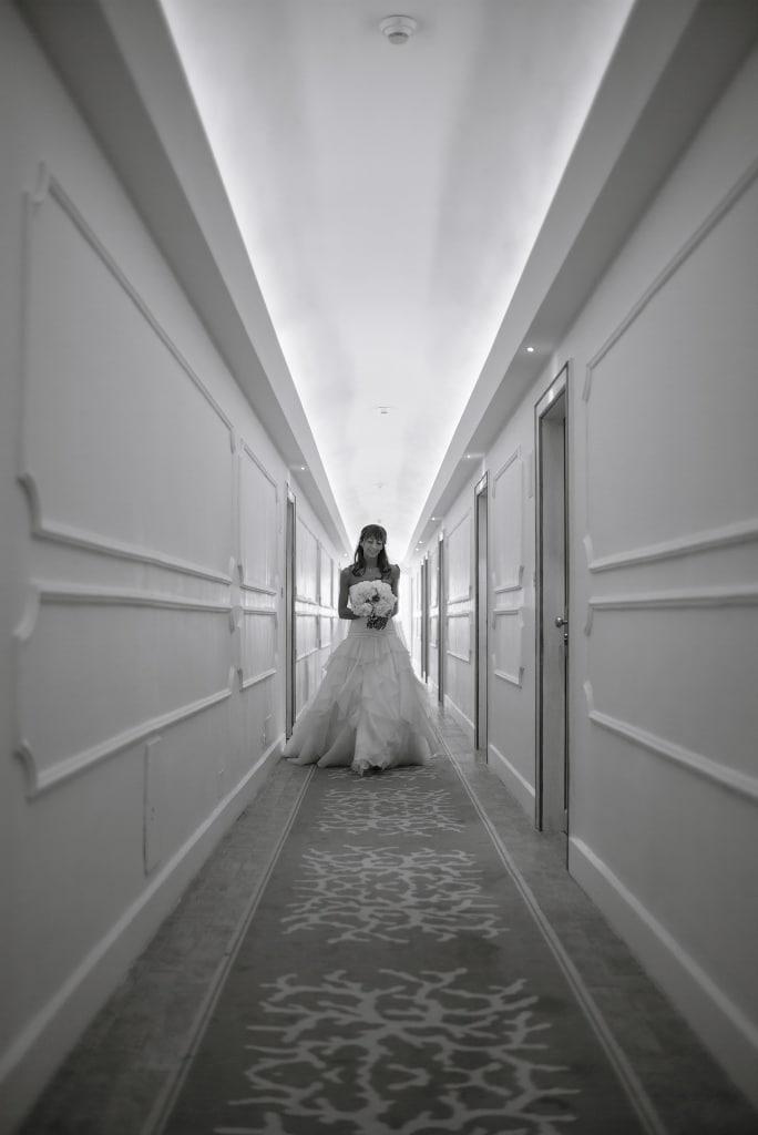 La sposa in hotel è pronta per incamminarsi in chiesa